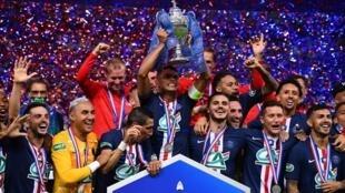 Les joueurs du PSG brandissent la Coupe de France remportée face à Saint-Etienne, le 24 juillet 2020 au Stade de France