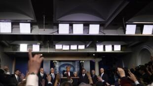 Tổng thống Donald Trump trả lời chất vấn của giới báo chí tại Nhà Trắng, Washington DC, ngày 26/02/2020.