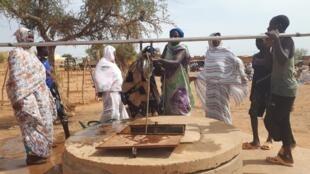 Le puits de la place de l'Indépendance à Ménaka, a été remis en état de marche par les opérations civilo-militaires de la force française Barkhane. Il permet à plusieurs centaines de femmes de reprendre leur activité de maraîchage.