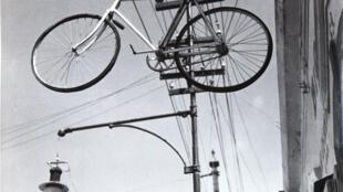 Manuel Álvarez Bravo, Bicicleta al cielo, 1931