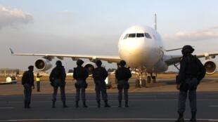Les forces de sécurité sont déployées lors de l'arrivée de l'équipe de football des Etats-Unis à Johannesburg, le 31 mai 2010.
