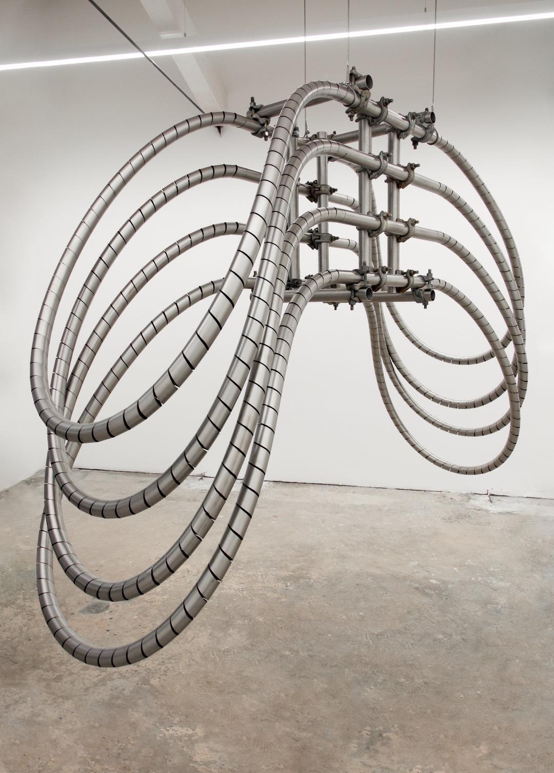 Luciana Lamothe, Sin título, 2018, tubos de acero inoxidable y grampas para andamio, 180 x 90 x 280 cm, Cortesía Galería Alberta Pane
