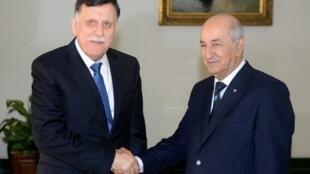 Le chef du gouvernement d'union nationale libyen, Fayez el-Sarraj (G), a rencontre le président algérien Abdelmadjid Tebboune lundi à Alger, 6 janvier 2020.