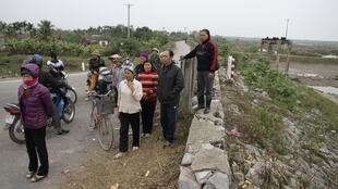 Người dân xã Vinh Quang, huyện Tiên Lãng, Hải Phòng ở gần khu đầm bị cưỡng chế của ông Đoàn Văn Vươn. Ảnh chụp ngày 10/01/2012.