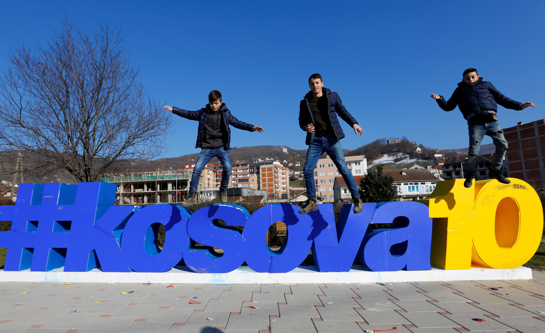 Jovens celebram 10 anos de independência do Kosovo.