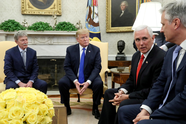 Đặc phái viên Robert O'Brien (P) cùng với tổng thống và phó tổng thống Mỹ ngày 06/03/2019 đón tiếp Danny Burch, một kỹ sư dầu khí bị bắt cóc ở Yemen năm 2017.