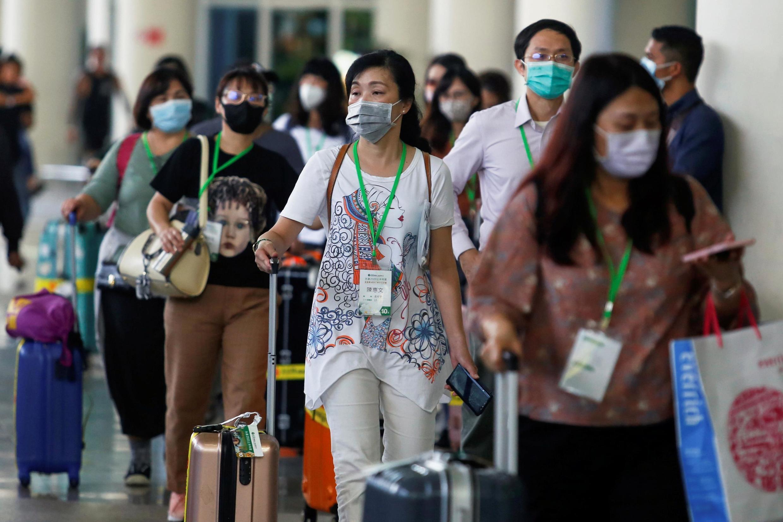 Nhiều hành khách đeo khẩu trang y tế tại sân bay I Gusti Ngurah Rai Bali, Indonesia, ngày 04/02/2020.