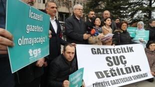Rassemblement de soutien à 6 journalistes emprisonnés en Turquie, accusés d'avoir révélé l'identité de deux agents secrets turcs en Libye, à Ankara, le 10 mars 2020.