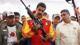 委內瑞拉總統馬杜羅2013年8月參觀搜繳武器展覽
