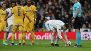 Le Portugais Cristiano Ronaldo s'apprête à tirer le pénalty litigieux qui va offrir au Real Madrid son ticket pour les demi-finales de la Ligue des champions le 11 avril 2018.