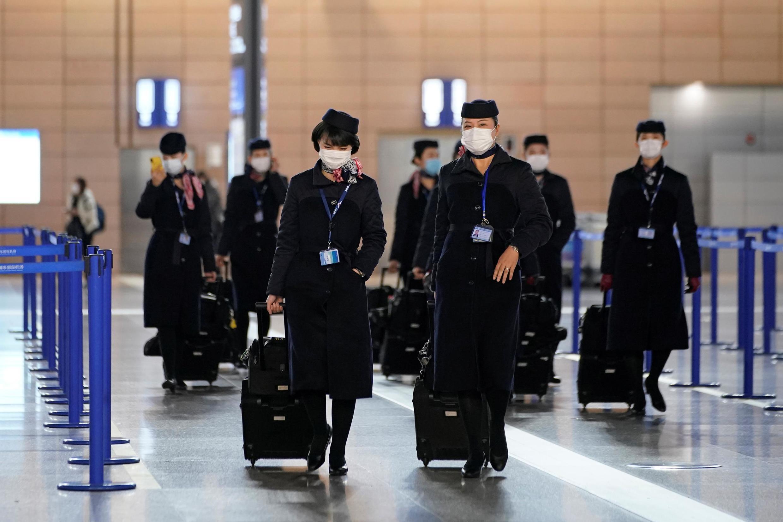 Toàn bộ phi hành đoàn đều mang khẩu trang tại sân bay quốc tế Phố Đông (Pudong), Thượng Hải ngày 27/01/2020.