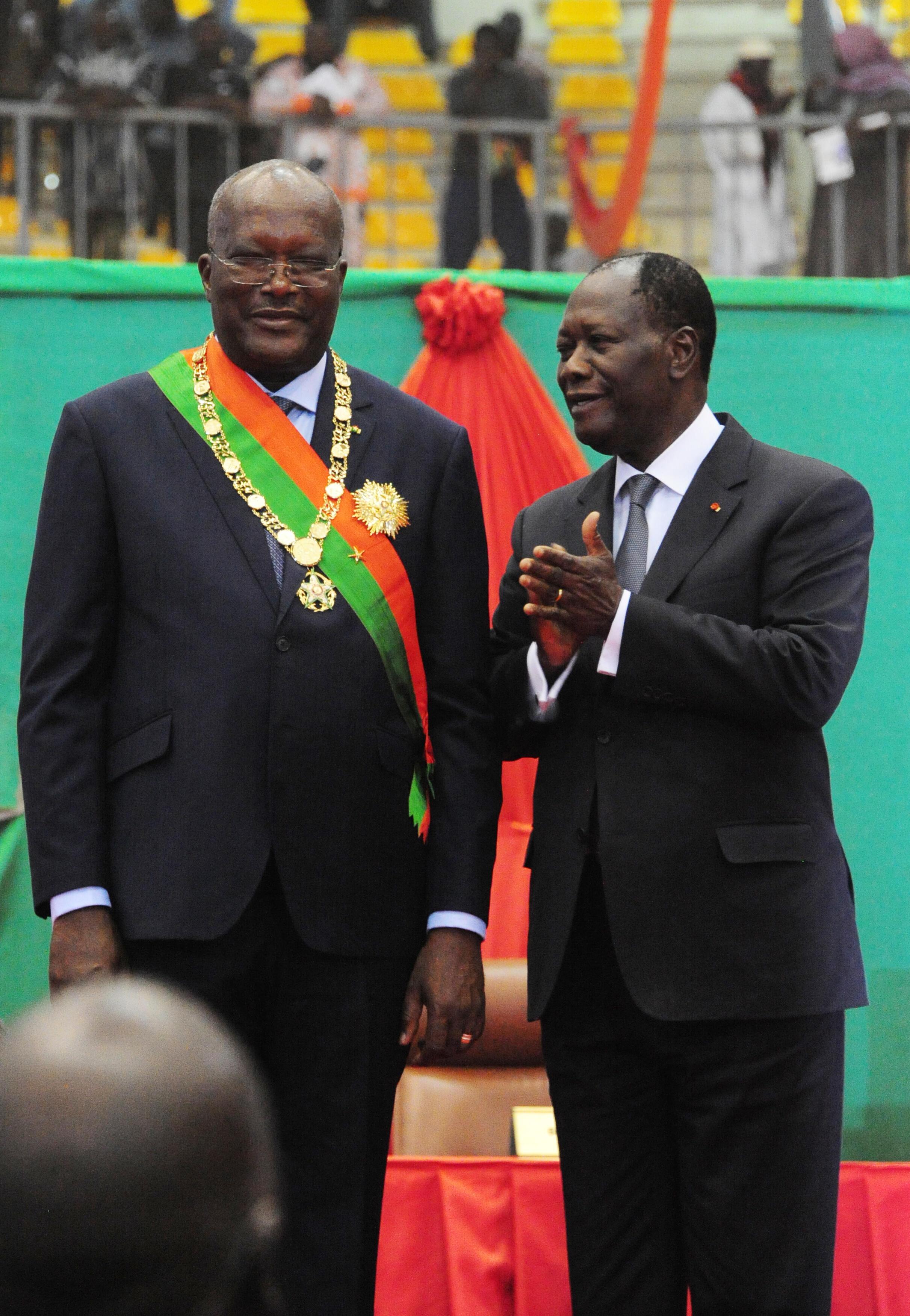 Le nouveau président du Burkina Faso, Roch Marc Christian Kaboré (G) et son homologue ivoirien, Alassane Ouattara, lors de la cérémonie d'investiture à Ouagadougou, le 29 décembre 2015.