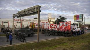 Sectores más radicales realizan cortes en los accesos a la ciudad de Buenos Aires con movilizaciones y anunciaron una movilización en el Obelisco hacia el mediodía.
