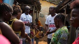 Campaña de información para sensibilizar a la población sobre la manera de reducir los riesgos de contaminación en un barrio popular de Freetown,  la capital de Sierra Leona a finales de marzo de 2015