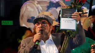 Shugaban tsohuwar kungiyar 'yan tawayen FARC Rodrigo Londono, yayinda yake sanar da juyewar kungiyar zuwa jam'iyyar siyasa a babban birnin kasar Colombia, Bogota, 1 ga Satumba 2017.