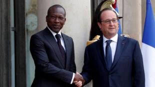 Le président béninois Patrice Talon en compagnie de François Hollande, sur le perron de l'Elysée, le 26 avril 2016.
