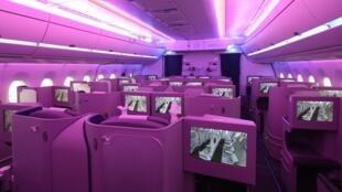 A fabricante europeia de aviões Airbus revelou nesta segunda-feira a primeira cabine de seu novo avião design A350.