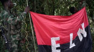 Bandera del ELN sostenida por guerrilleros en el noroeste de la selva colombiana, el 30 de agosto de 2017.