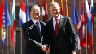 O premiê polonês, Donald Tusk, dá as boas vindas ao colega chinês, Wen Jiabao, nesta quinta-feira em Varsóvia.