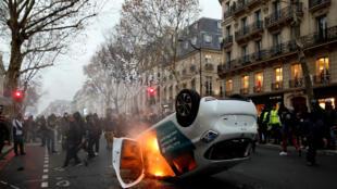 Um carro foi incendiado no Boulevard Saint Germain no momento da dispersão do protesto dos coletes amarelos