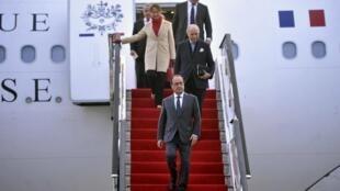 В поездке в Китай Франсуа Олланда сопровождают глава МИД Лоран Фабиус и министр экологии Сеголен Руаяль.