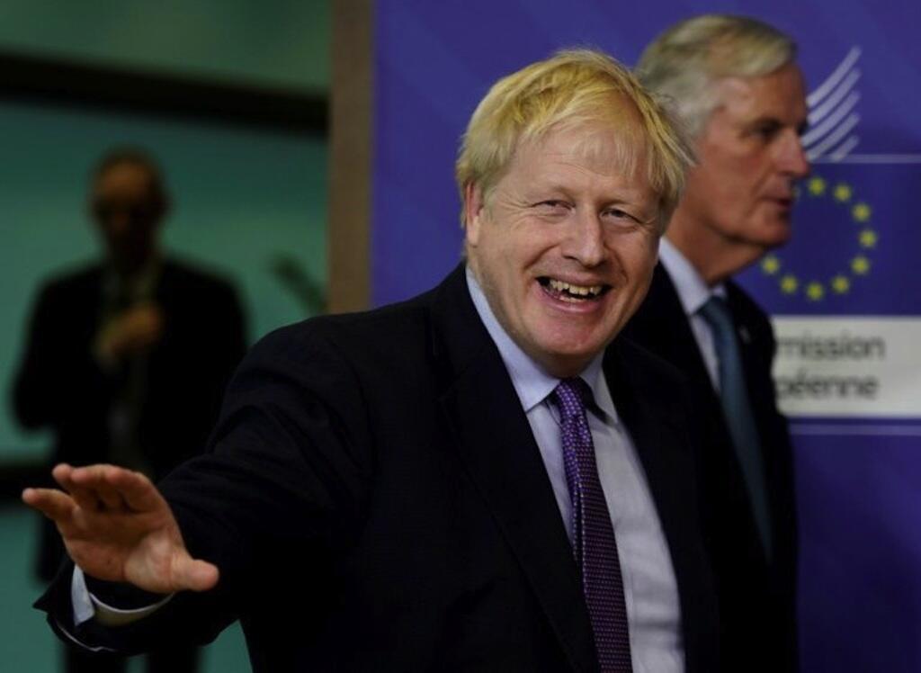 O premiê Boris Johnson decidiu não fechar escolas apesar do coronavírus