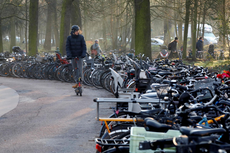 Empresas que alugam patinetes elétricos saem ganhando com a greve nos transportes públicos que atinge principalmente Paris, onde ruas e calçadas estão locadas de veículos alternativos, entre patins, bicicletas e mobiletes.