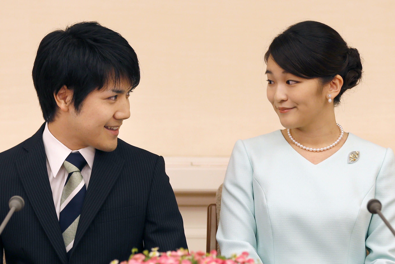 Foto de archivo de la princesa japonesa Mako (i) con su prometido, Kei Komuro