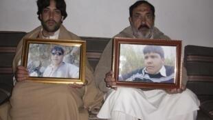Le père et le frère de l'adolescent pakistanais Aitzaz Hassan qui a sacrifié sa vie pour sauver ses collègues dans le district de Hangu, le 10 janvier 2014.