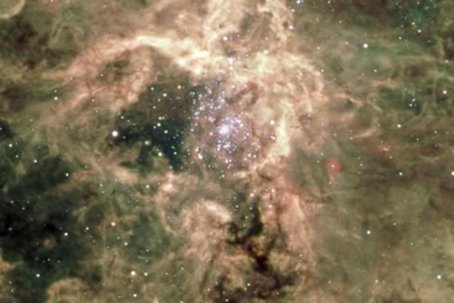 Selon les scientifiques, r136a1 serait née il y a plus d'un million d'années et serait près de 300 fois plus massive que notre soleil.