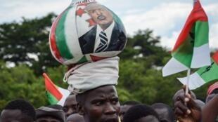 Un partisan du parti au pouvoir, le CNDD-FDD, lors d'un rassemblement à Bujumbura trois jours avant le référendum sur la réforme constitutionnelle, 14 mai 2018.