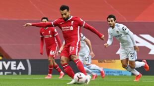 L'Egyptien de Liverpool Mohamed Salah buteur sur pénalty face à Leeds, le 12 septembre 2020.