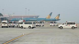Cảnh ở sân bay Nội Bài với xe cứu thương từ Hà Tỉnh đến chuyển thi hài nạn nhân, chết tại Anh Quốc, về quê quán. Ảnh 27/11/2019.