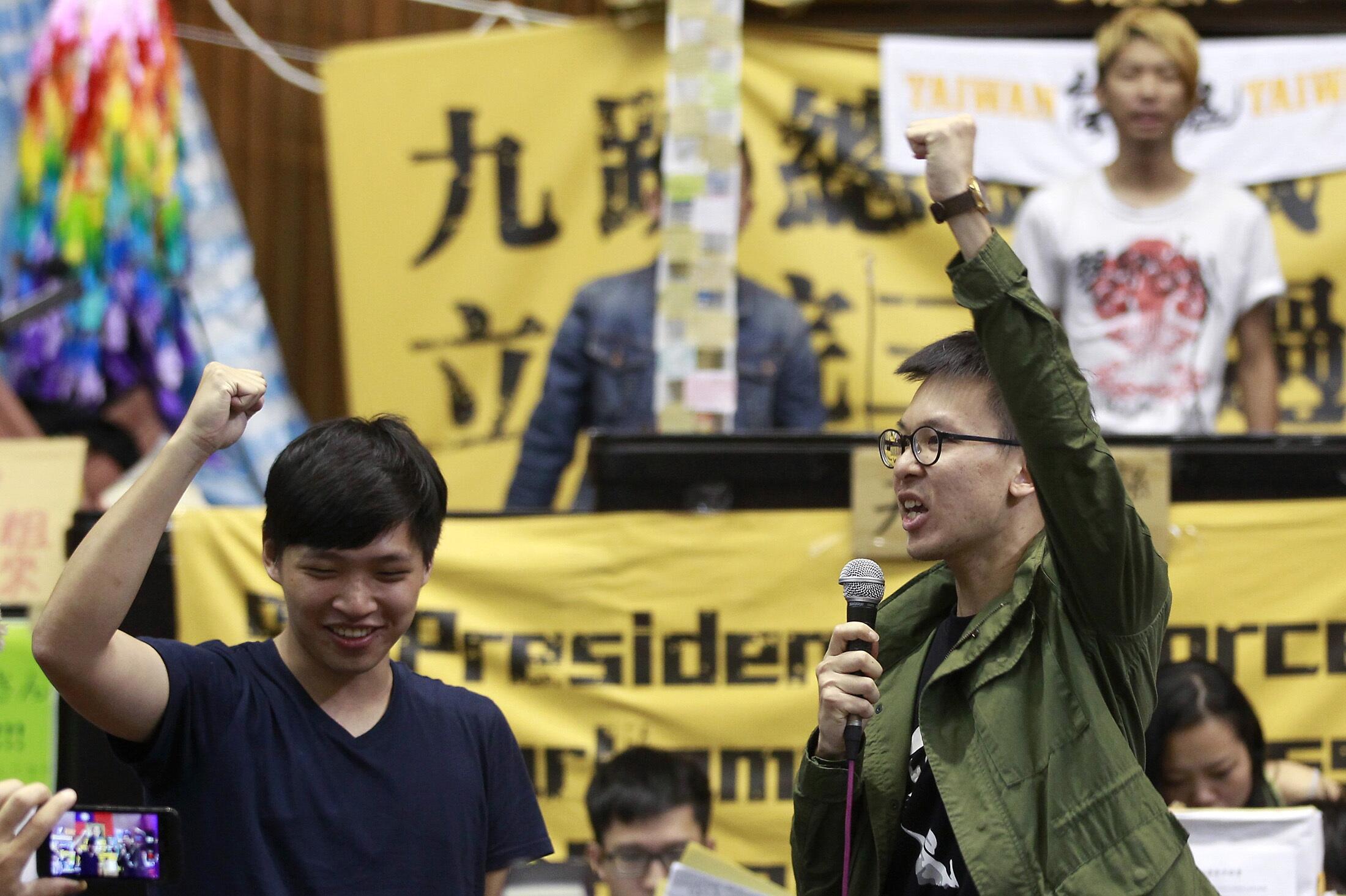 太阳花运动期间,学生领袖林飞凡(R)和陈维婷在在台湾立法院内高呼口号。