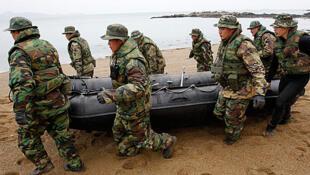 Toán cứu hộ các nạn nhân vụ đắm tàu Cheonan (Reuters)