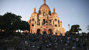 Pessoas em frente à Basílica Sacré-Coeur