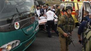 Un soldat israélien monte la garde sur les lieux d'une attaque à l'acide qui a touché au moins une jeune fille palestinienne, près de la colonie Neve Daniel, le 12 décembre 2014.