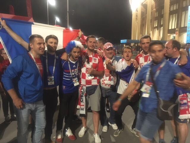Torcedores franceses e croatas se encontram em clima amistoso no estádio Luzhniki, em Moscou.