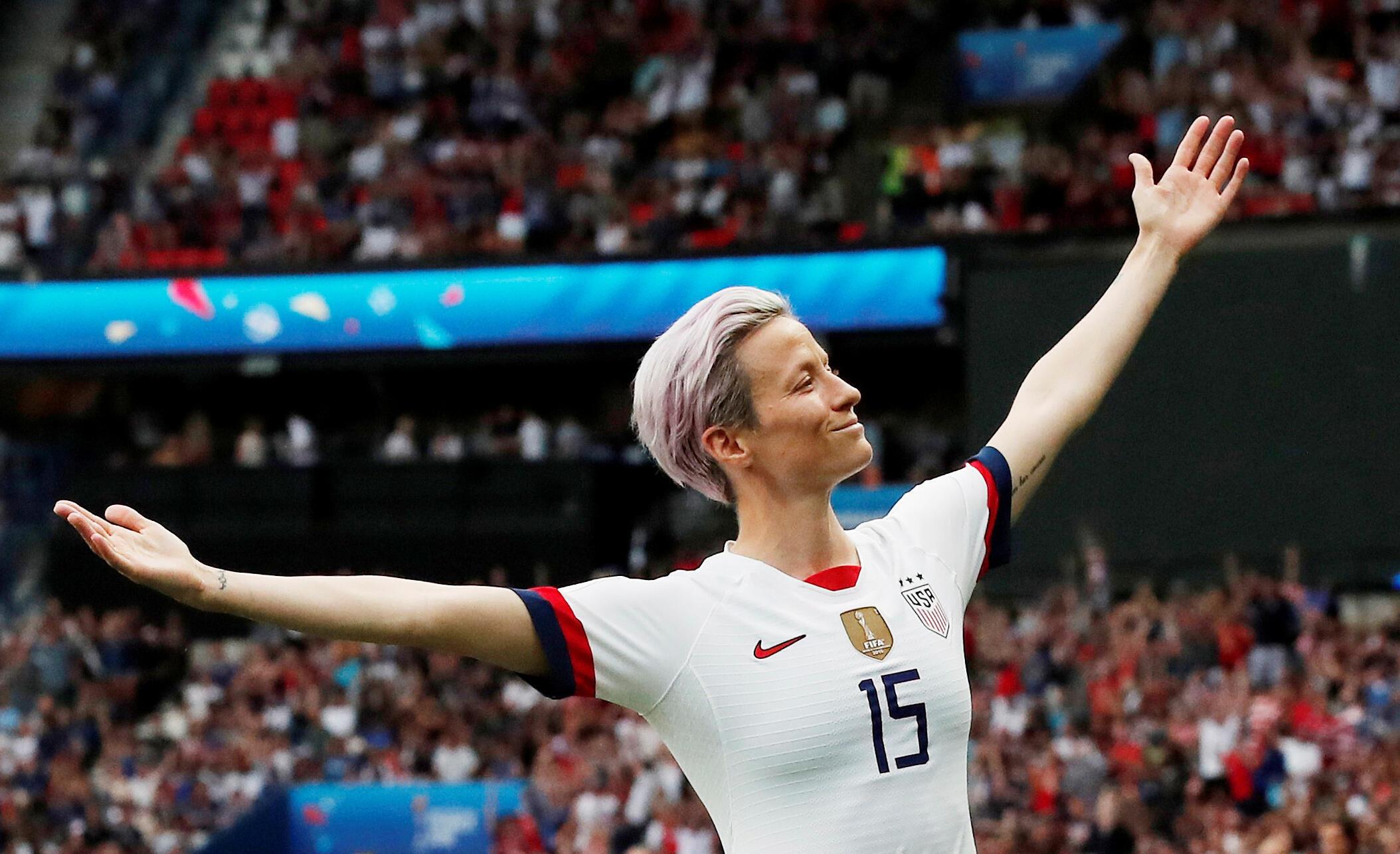 A capitã americana, Megan Rapinoe, celebra o primeiro gol da partida.
