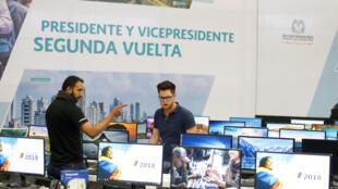 Deux employés mettent une dernière main aux préparatifs du deuxième tour de l'élection présidentielle à Bogota, en Colombie, le 15 juin 2018.