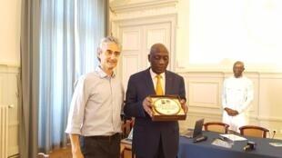 Frédéric Chambeau, président de la Confédération des chocolatiers confiseurs de France et Apollinaire Ngwe, président du Conseil interprofessionnel du cacao et du café du Cameroun, le 26 juin 2018 à Paris.