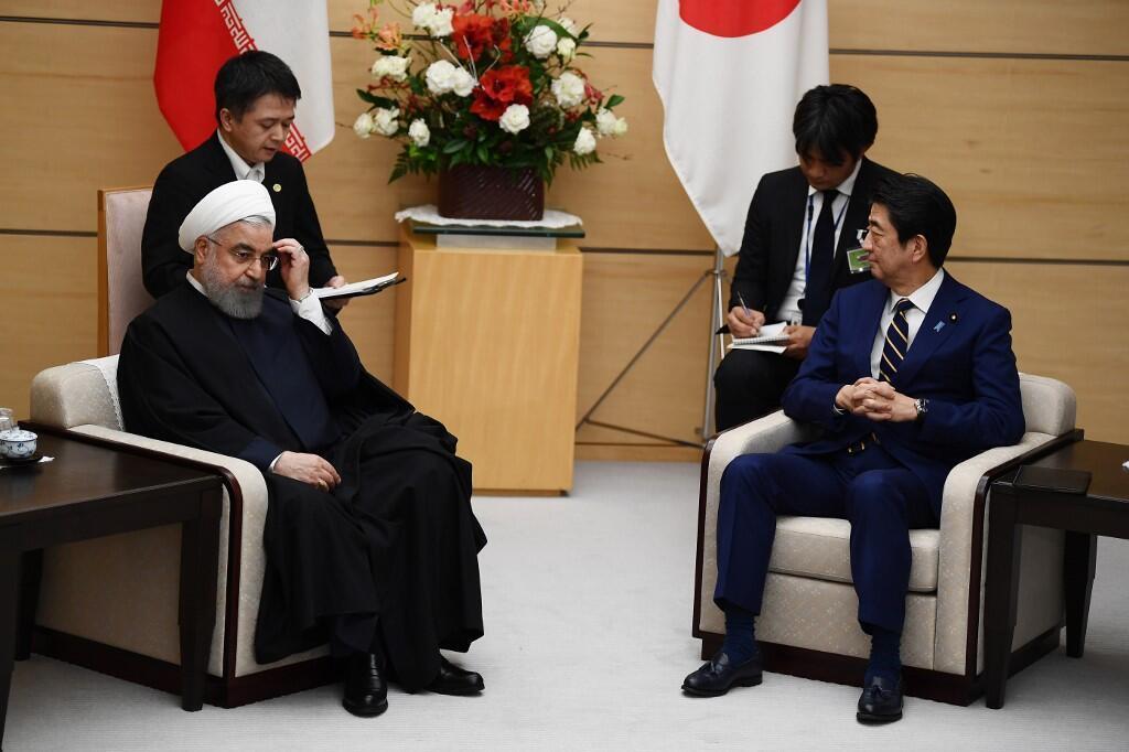 """حسن روحانی امروز ضمن دیدار با شینزو آبه، نخست وزیر ژاپن در توکیو، خروج ایالات متحده از توافق هسته ای را اقدامی """"غیر منطقی"""" خواند و آن را محکوم کرد."""