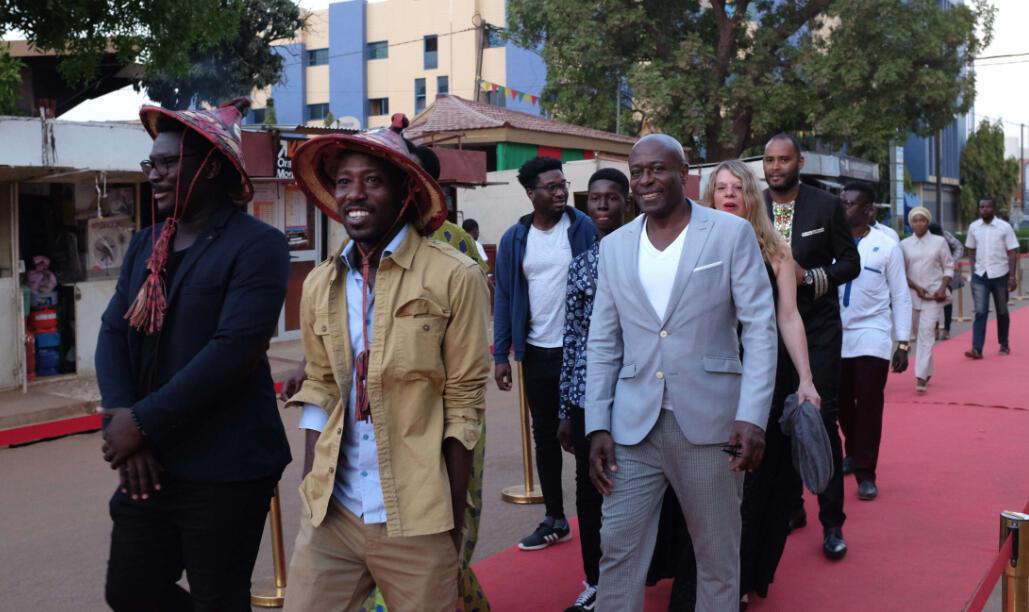 Les réalisateurs ivoiriens Boris Oué et Marcel Sagne et leur équipe du film « Résolution » sur le tapis rouge du Fespaco, à Ouagadougou.
