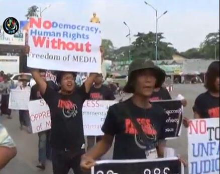 Birmaneses protestam contra a decisão da Justiça do país em condenar cinco jornalistas a 10 anos de prisão.