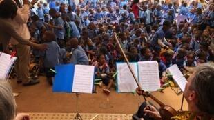 Lors d'une classe de l'Arbre à musiques à Yaoundé.