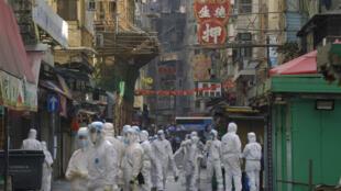 Các nhân viên y tế triển khai phong tỏa một khu phố trong quận Tá Đôn (Jordan) tại Hồng Kông bị nghi xuất hiện ổ dịch, ngày 23/01/2021.
