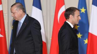 Tổng thống Pháp Emmanuel Macron (P) và nguyên thủ Thổ Nhĩ Kỳ Recep Tayyip Erdogan sau buổi họp báo tại điện Elysee, Pháp, ngày 5/1/2018.
