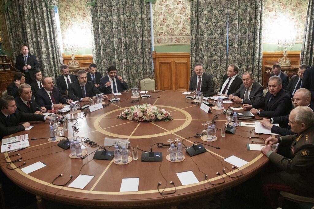 وزرای امور خارجه و دفاع ترکیه، همراه با همتایان روس خود در انتظار شروع جلسه مذاکرات مسکو که با هدف بر قراری آتش بس درلیبی برگزار شد. مسکو - سهشنبه ٢٤ دی/ ١٤ ژانویه ٢٠٢٠