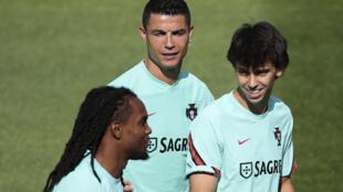 """Renato Sanches (g.), Cristiano Ronaldo (c.) et Joao Felix (d.) participent à une séance d'entraînement à la """"Cidade do Futebol, qui sert de camp de préparation à l'Euro pour l'équipe nationale portugaise, à Oeiras, près de Lisbonne, le 28 mai 2021."""