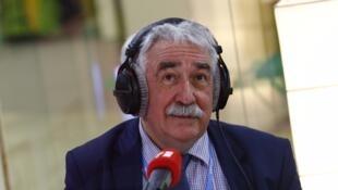 L'expert des questions énergétiques et écologiques Pierre Radanne, dans le studio RFI du Bourget, le 30 novembre 2015.